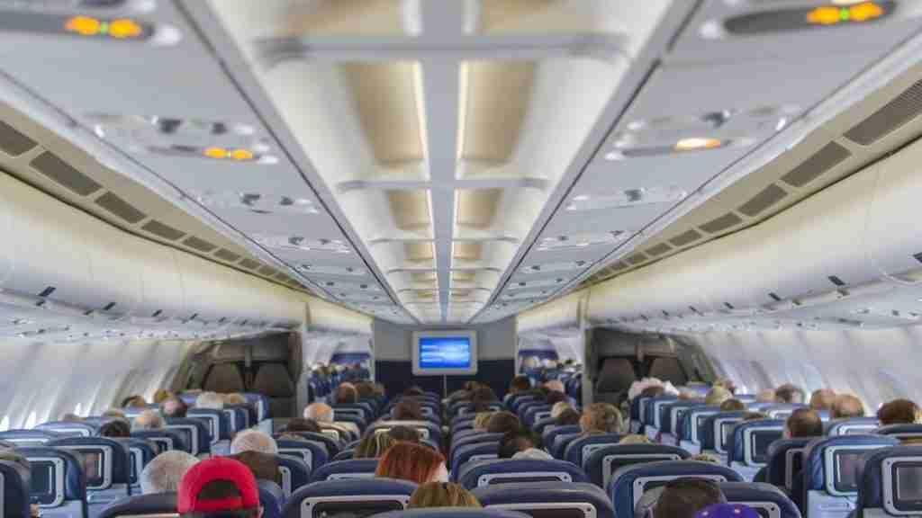 How much do flight attendants make an hour?
